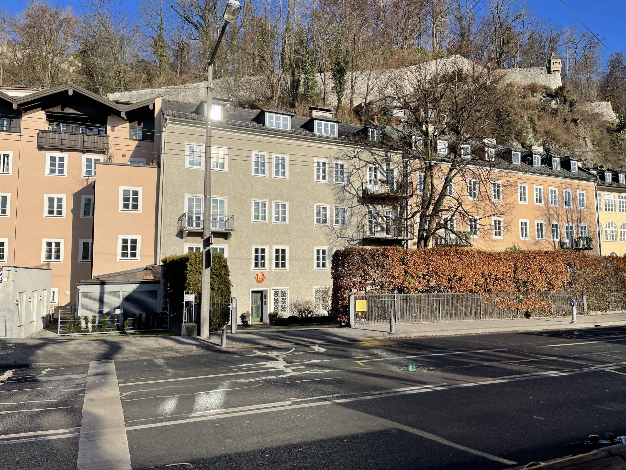 Außenansicht der Häuserzeile um die Kanzler Dyck & Monticelli herum. Die Kanzlei liegt direkt an der Salzach.